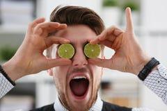 Мужские руки держат плодоовощ отрезка на уровне глаз Стоковые Фото