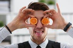 Мужские руки держат плодоовощ отрезка на уровне глаз Стоковые Фотографии RF