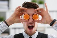 Мужские руки держат плодоовощ отрезка на уровне глаз Стоковое фото RF