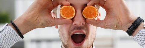 Мужские руки держат плодоовощ отрезка на уровне глаз Стоковые Изображения RF