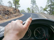 Мужские руки держа рулевое колесо автомобиля Руки на рулевом колесе вождения автомобиля на дороге около озера Человек управляя ав Стоковое фото RF
