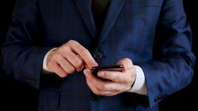 Мужские руки держа черный конец смартфона вверх Пальцы касаются сенсорному экрану телефона Бизнесмен работая через сток-видео