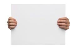 Мужские руки держа чистый лист бумаги изолированный стоковое фото rf