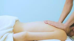 Мужские руки делают массаж молодой женщины видеоматериал