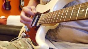 Мужские руки играя гитару акции видеоматериалы