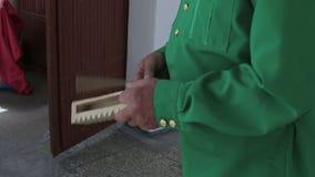 Мужские руки играя русскую национальную аппаратуру Rubel, конец-вверх акции видеоматериалы