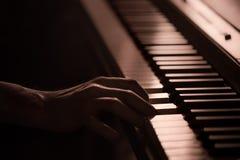 Мужские руки на крупном плане ключей рояля красивой красочной предпосылки стоковые изображения rf