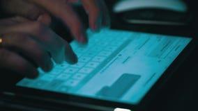 Мужские руки печатая на планшете видеоматериал