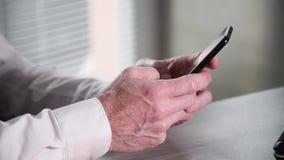 Мужские руки печатая на смартфоне видеоматериал