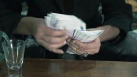 Мужские руки подсчитывая наличные деньги Незаконные торговли 4K акции видеоматериалы