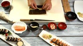 Мужские руки подготавливая суши видеоматериал