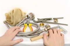 Мужские руки принимая инструменты для того чтобы отремонтировать систему водоснабжения Стоковые Фото