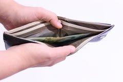 Мужские руки раскрывают бумажник Стоковое фото RF