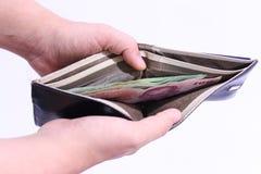 Мужские руки раскрывают бумажник Стоковые Изображения
