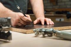 Мужские руки рисуют карандаш на правителе Стоковое Изображение RF