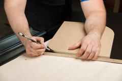 Мужские руки рисуют карандаш на правителе Стоковые Изображения RF