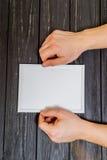Мужские руки с верхней частью рамки Стоковое Фото