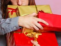 Мужские руки с много подарочных коробок настоящих моментов Стоковое фото RF