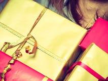 Мужские руки с много подарочных коробок настоящих моментов Стоковые Изображения