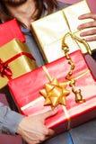 Мужские руки с много подарочных коробок настоящих моментов Стоковая Фотография