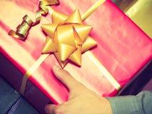 Мужские руки с много подарочных коробок настоящих моментов Стоковые Фото