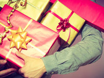 Мужские руки с много подарочных коробок настоящих моментов Стоковое Изображение RF