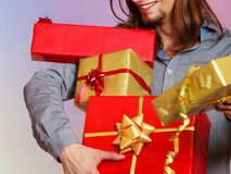 Мужские руки с много подарочных коробок настоящих моментов Стоковое Изображение