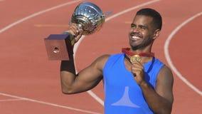 Мужские чемпион показывая трофеи к сторонникам, гордые победы и достижений видеоматериал