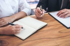 Мужские юрист или судья советуют с иметь встречу команды с клиентом, Ла стоковые изображения