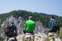 Мужские hikers на скале горы Стоковое Изображение RF