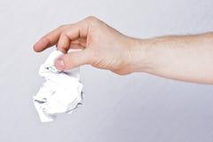 Мужским бумага руки скомканная удерживанием стоковые фото