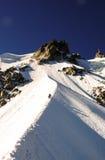 2 мужских альпиниста на, который подвергли действию гребне в французских Альпах около Шамони Стоковые Изображения RF