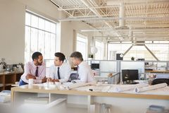 3 мужских архитектора на встреча в открытом офисе плана стоковые изображения rf