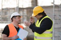 2 мужских гражданского инженера на работе стоковое изображение