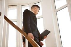 2 мужских делового партнера идя и говоря Стоковые Изображения