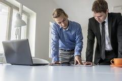 2 мужских делового партнера имея обсуждение Стоковая Фотография RF