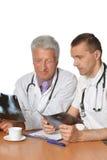 2 мужских доктора обсуждая рентгеновские снимки Стоковое Фото