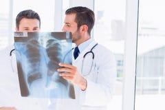 2 мужских доктора рассматривая рентгеновский снимок Стоковое Изображение