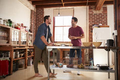 2 мужских друз вися вне в кухне, во всю длину Стоковые Изображения RF