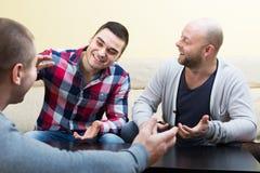 3 мужских друз говоря дома Стоковое фото RF