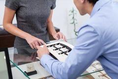 Мужское выбирая обручальное кольцо Стоковое Изображение