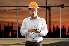 Мужское инженерство используя умный телефон Стоковые Изображения RF