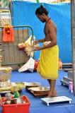 Мужское индусское подготавливает для обедающего в виске стоковое фото