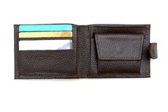 Мужское коричневое кожаное портмоне в карточках открытых и там банка с безконтактной технологией оплаты стоковая фотография