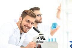 Мужское научное исследование приведения в исполнение исследователя в лаборатории Стоковое Изображение