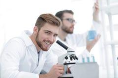 Мужское научное исследование приведения в исполнение исследователя в лаборатории Стоковое Фото