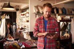 Мужское предприниматель магазина подарка с таблеткой цифров стоковое изображение rf