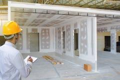 Мужское сочинительство осмотра инженера в фабрике с примечанием на блокноте Стоковое Фото