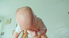 Мужское удерживание оружий младенец сток-видео
