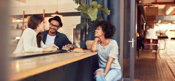 Мужское barista стоя на кофейне стоковые изображения